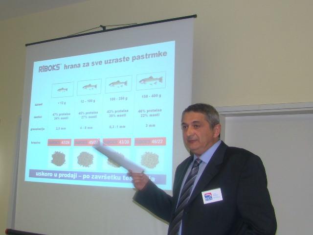 Janko Cosovic prikazuje Riboks hranu ya pastrmke web