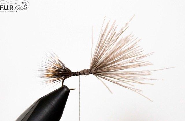 2. Uzmemo jelensku dlaku, ocistimo cesljem vunu koja je obicno uz dlaku i izravnamo dlake web