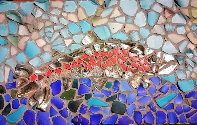 Slika pastrmke od lepljenih komadića stakla