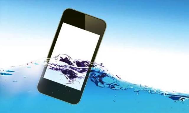 Kako da spasite telefon koji je upao u vodu?